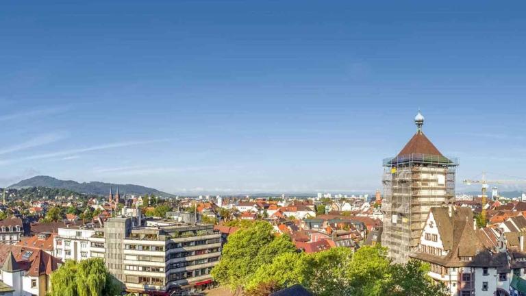 Stadtansicht Freiburg über die Dächer mit Schwabentor