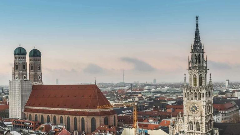 Der Campus München in Nymphenburg, mit Blick auf die Marienkirche