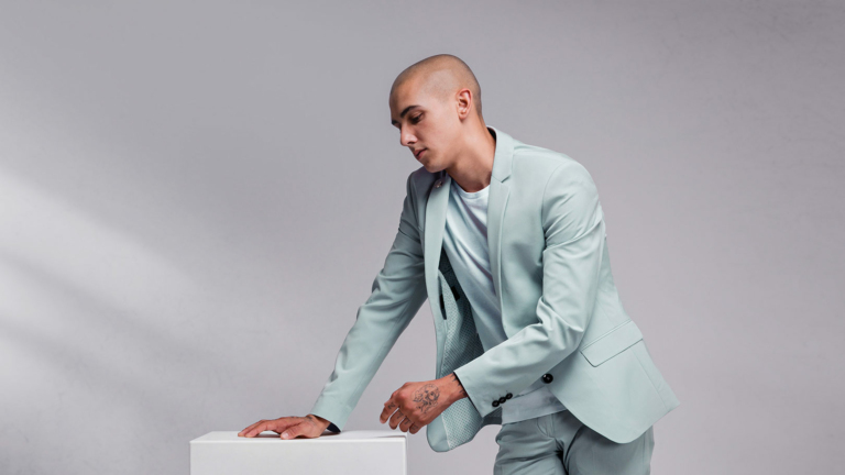 Junger Mann mit Kurzhaarfrisur in blassgrünem Sakko