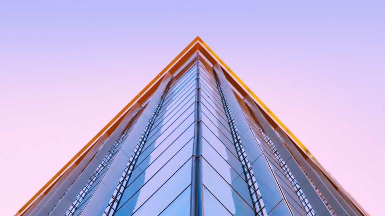 Hochhausfassade über Eck von unten
