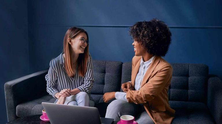 Eine Hand hält ein Papier, die andere Hand einen Stift